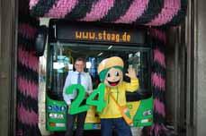 Bild:                     STOAG-Geschaftsführer Werner Overkamp und das STOAG-Maskottchen Flo freuen sich auf den