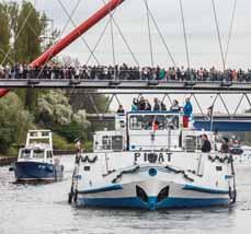 Bild:                     Große Schiffe und kleine Boote nehmen an der Schiffsparade teil. (Foto: RVR, Volker Wiciok)