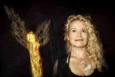Bild: Simone Kamm an der Seite ihres Friedensengels.