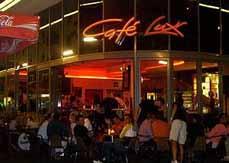 Bild: Ein Bühne steht auch genau vor dem Café Lux.