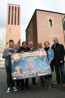 Bild: Das neue Kirmesplakat wurde vor St. Clemens in Sterkrade vorgestellt. (Foto: Stadt Oberhausen)