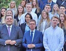 Bild: Oberbürgermeister Daniel Schranz (li.) begrüßte mit weiteren Vertretern der Stadt die Azubis. (Foto: Stadt Oberhausen)