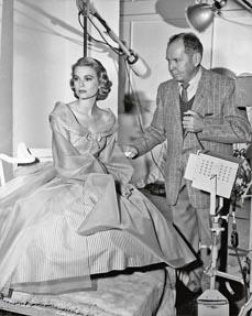 Bild: Grace Kelly und der Fotograf Clarence Sinclair Bull in den Metro-Goldwyn-Mayer-Studios, Culver City, fotografiert von Virgil Apger, 1956. (John Kobal Foundation)