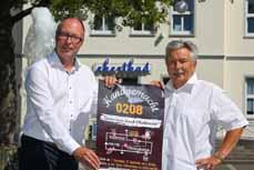 Bild: Heinz Wagner (re.), Initiator der Oberhausener Genusstouren, und Rainer Suhr, OWT-Spartenleiter für Tourismus und Marketing, mit dem Veranstaltungsplakat. (Foto: OWT GmbH)