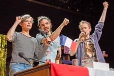 Bild: Szene aus Unter uns Indianern, v. l. Susanne Burkhard, Burak Hoffmann, Dirk Laucke. (Foto: Ant Palmer)