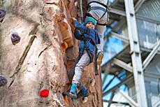 Bild: Klettern können Interessierte am Bersportwochenende im Gasometer. (Foto: Gasometer)