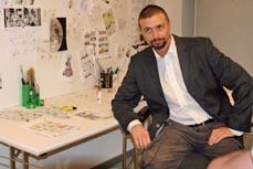 Bild:                                         Ralf König bei seiner Ausstellungseröffnung in der LUDWIGGALERIE 2009. (Foto: Ludwiggalerie)