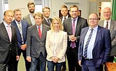 Bild: Oberbürgermeister Daniel Schranz (3.v.re) mit Vertretern von Wirtschaft, Handwerk, Arbeitsagentur, Forschung, Stadt und IHK. (Foto OWT)
