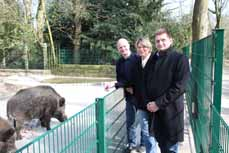 Bild: Die Chefin des Tiergeheges, Dr. Annette Perrey, Stefan Zimkeit (li.) und Horst Kalthoff. (Foto: OGM GmbH)