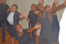Bild:                     Das Ensemble des M.U.K.A.-Projekts spielt das Stück