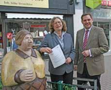 Bild: Regierungspräsidentin Anne Lütkes und Oberbürgermeister Daniel Schranz. (Foto: Pressestelle)