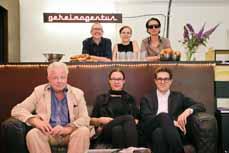 Bild: Die Actopolis-Akteure mit Theater-Intendant Peter Carp (vorne links).
