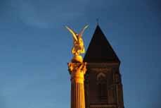Bild: Der Friedensengel vor der Herz-Jesu-Kirch auf dem Altmarkt.