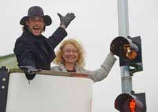 Bild: Tarzan-Darsteller Josh Strickland und Bürgermeisterin Elia Albrecht-Mainz haben die erste Tarzan-Ampel vorgestellt. (Foto: Stage Entertainment/Winkler Fotografie)