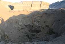 Bild: Der Blindgänger hinertließ einen riesigen Krater. (Foto: Pressestelle)