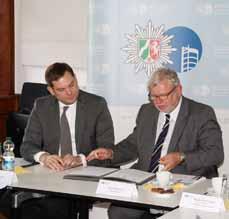 Bild: Oberbürgermeister Daniel Schranz (li.) und Polizeipräsident Ingolf Möhring bei der Unterzeichnung des Kooperationsvertrages.