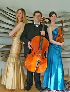 Bild: Das Klaviertrio Würzburg, v.li.: Karla-Maria Cording, Peer-Christoph Pulc und Katharina Cording. (Foto: Trio Würzburg)