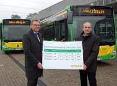 Bild: STOAG-Geschäftsführer Werner Overkamp (li.) und Werkstattleiter Stefan Thurmpräsentieren die Werte vor den neuen Bussen. (Foto: STOAG)