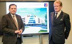 Bild:                                         Oberbürgermeister Daniel Schranz (li.) und Investor Albert Kopitzki stellten die Pläne vor. (Foto: Gerd Wallhorn)