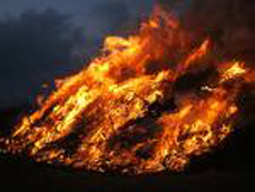 Bild: Osterfeuer sind faszinierend, können aber auch gefährlich sein
