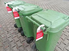 Bild: Solche Anhänger an den Tonnen erinnern an die fehlenden Etiketten. (Foto: WBO)