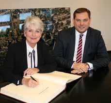 Bild: Daniel Schranz mit der neuen Regierungspräsidentin, die sich hier ins