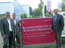 Bild: Klaus Lerch (TZU), Peter Kroppen (Telekom) und Oberbürgermeister Daniel Schranz (v.li.) informierten über das schnelle Internet. (Foto: Pressestelle Stadt)