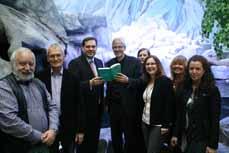 Bild: Das Lesestadt-Team mit Oberbürgermeister Daniel Schranz (3. v. li.) und Bibliotheks-Leiter Hans-Dietrich Kluge-Jindra (li.). (Foto: Pressestelle)