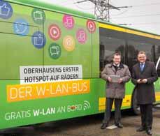 Bild: Thomas Goetzenich (Projektleiter) und Werner Overkamp (Stoag-Geschäftsführer) vor dem WLAN-Bus. (Foto: Stoag)