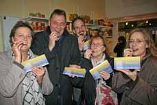 Bild: Die Beigeordnete Sabine Lauxen, Robert Oberheid, Lokale Agenda, sowie Claudio Gnypek, Heidi Scholz-Immer und Iris Luchs vom Fairtrade-Arbeitskreis (v. li.) probieren die SchO.kO. (Foto: Pressestelle)