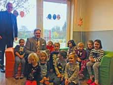 Bild: Oberbürgermeister Daniel Schranz im Kreise der Kinder der KTE Holten. (Foto: Stadt Oberhausen)
