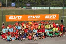 Bild: Auch Friedensdorf-Kids packten mit den RWO-Kickern die Trickkisten aus. (Foto: evo)