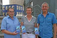 Bild: Hans-Werner Küppers, Regina Dreßler und Rainer Krawczyk (v. li.) von der Stadtplanung präsentieren hier ihr neues Werk: den neuen Radplan. (Foto: Stadt Oberhausen)