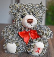 Bild: Der Erlös aus dem Verkauf des Soli-Bären kommt der Aidshilfe Oberhausen zugute (Foto: Aidshilfe)
