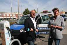 Bild:         Die Beigeordneten Sabine Lauxen und Frank Motschull mit einem der vier E-Autos des Kommunalen Ordnungsdienstes. (Foto: Stadt Oberhausen)