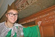 Bild: Sternsinger-Kind Ursula schrieb den Segen an die Tür des Ratssaals. (Foto: Stadt Oberhausen)