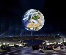 Bild: Diskussionsrunde unter der 20 Meter großen Erdkugel.