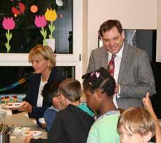 Bild: Uschi Glas und Daniel Schranz beim Frühstück mit den Kindern. (Foto: Stadt Oberhausen)