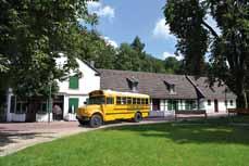 Bild: Der US-Schoolbus parkt hier gerade vor der St. Antony-Hütte. (Foto: OWT GmbH)