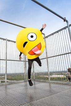 Bild: Tanzendes Emoji: Das Video-Team des Theaters drehte an verschiedenen Sehenswürdigkeiten.           Foto: Ant Palmer
