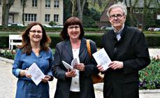 Bild: Autorin Paola Malgeri Knaup (Mitte) mit Desbina Kallinikidou (Büro für Interkultur) und Verleger Wilhelm Kurze. (Foto: Stadt Oberhausen)