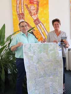 Bild: Die Beigeordnete Sabine Lauxen und der Leiter des Bereiches Geoinformation und Kataster, Hans-Werner Küppers, präsentieren den neuen Stadtplan. (Foto: Stadt Oberhausen)