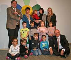 Bild: Oberbürgermeister Daniel Schranz (hi. li.), die Beigeordnete Elke Münich (deneben) und OGM-Geschäftsführer Hartmut Schmidt (vorne re.) mit den Kindern und den Erzieherinnen bei der Eröffnung. (Foto: Stadt Oberhausen)