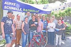Bild: Eröffnung der Radwelle: Beigeordnete Sabine Lauxen (Mitte) mit Vertretern aus Politik und Verwaltung. (Foto: Stadt Oberhausen)