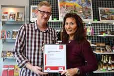 """Bild: Petra Brabänder und Dennis Daniel von der Tourist Information Oberhausen mit dem Zertifikat """"i-Marke"""" des Deutschen Tourismusverbandes (Foto: OWT GmbH)"""