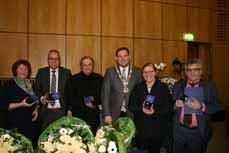 Bild: Oberbürgermeister Daniel Schranz (mit Amtskette) übergab die Auszeichnungen an Petra Köhler, Rolf Marquardt, Hartwig Kompa, Cornelia Schiemanowski und Lev Schwarzmann. (Foto: Stadt Oberhausen)