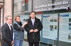 Bild: Quartiersmanager Uwe Wilzewski, Beigeordnete Sabine Lauxen und Oberbürgermeister Daniel Schranz (v. li.) vor dem neuen Stadtteilbüro auf der Marktstraße 97 in Alt-Oberhausen. (Foto:Stadt Oberhausen)