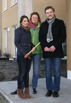 Bild: Samaneh Naseri, Sabine Lauxen und Christian Wittpahl (v. li.) vor der Klimaschutzsiedlung in Schmachtendorf. (Foto: Stadt Oberhausen)